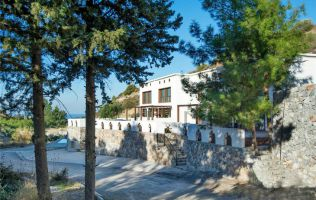 Cozy 4 + 1 villa on the seafront in Kyrenia, North Cyprus