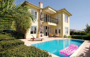 A separate  three-bedroom villa with a private pool and great panorama of the sea in Alanya, Kargycak