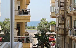 Inexpensive 2+1 apartment on the first coastline in Mahmutlar, Alanya